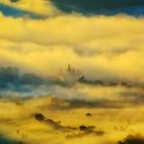 美好的山风景在晨曲,罗马尼亚的有雾的早晨 图库摄影