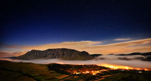 美好的山风景在晨曲,罗马尼亚的有雾的早晨 免版税库存照片