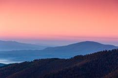 美好的山风景在黎明 免版税库存图片