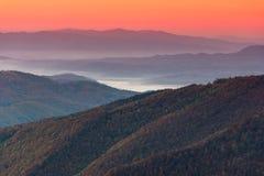 美好的山风景在黎明 库存图片