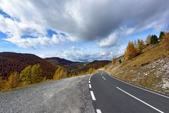 美好的山风景如被看见从Nockalm路 阿尔卑斯,奥地利 库存图片