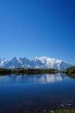 反射在有拷贝空间的一个湖的勃朗峰 图库摄影