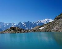 美丽的蓝色湖在欧洲阿尔卑斯,有勃朗峰的在背景中 免版税图库摄影