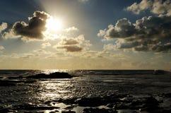美好的岩石海洋日落 免版税库存图片