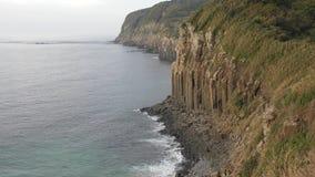 美好的峭壁日横向海边夏天 股票录像