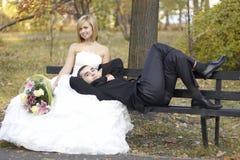 美好的已婚夫妇在婚礼之日 愉快的微笑的新婚佳偶 免版税库存图片