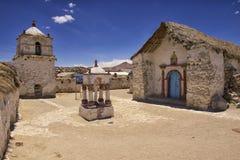 美好的帕里纳科塔火山村庄教会外部,大约Putre,智利 图库摄影