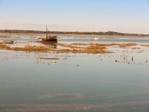 美好的平安的港口场面出海口maldon小船帆柱reflec 图库摄影