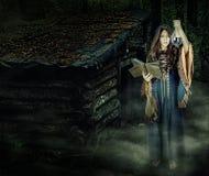 美好的年轻万圣夜巫婆女孩铸件魔术 免版税库存照片