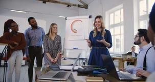 美好的年轻专业女性销售辅导谈话在财务研讨会训练与不同种族的办公室工作者 股票录像