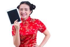 美好的年轻亚洲女服汉语穿戴传统cheongsam或qipao 拿着黑屏数字式片剂的手 图库摄影