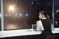 美好的年轻企业亚裔妇女工作一台膝上型计算机 免版税库存图片