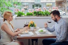美好的年轻加上杯红葡萄酒在豪华餐馆 免版税库存照片