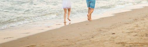 美好的年轻夫妇在海滩上度过一个休息日 免版税库存照片