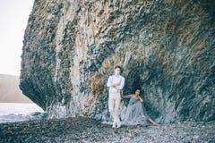 美好的年轻夫妇在海附近的婚礼之日 免版税库存照片