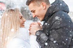 美好的年轻夫妇容忍在一多雪的天 免版税库存图片