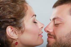 美好的年轻夫妇画象在灰色背景的 免版税库存照片