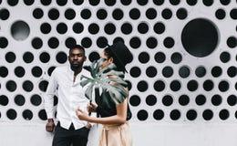 美好的年轻美国黑人的夫妇看照相机和sm 库存图片
