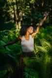 美好的年轻非洲模型的情感画象与休息和举手的绿色构成的在步行期间 免版税库存图片