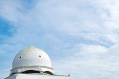 美好的建筑学、Tengku Tengah Zaharah清真寺尖塔和圆顶有蓝天的 图库摄影