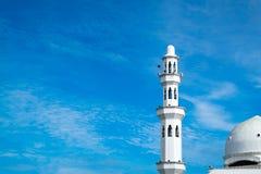 美好的建筑学、Tengku Tengah Zaharah清真寺尖塔和圆顶有蓝天背景 库存照片