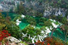 美好的当前新鲜的绿色plitvice包围植被瀑布瀑布 图库摄影