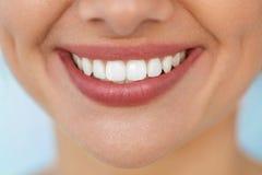 美好的微笑特写镜头与白色牙的 妇女嘴微笑 免版税库存照片