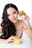 美好的微笑的亚洲妇女模型画象拿着cosme 免版税库存图片