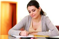 年轻美好的微笑的妇女文字笔记 免版税库存照片