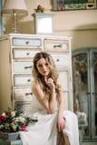 美好的性感的妇女发型时尚穿戴白色颜色礼服亮光阴影夏天天气时髦魅力夫人主字体给COS穿衣 免版税库存照片