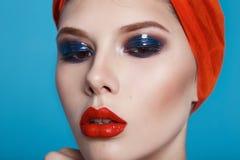 美好的性感的妇女颜色构成红色嘴唇蓝眼睛化妆用品 库存图片