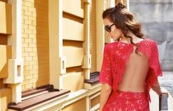 美好的性感的式样女服时髦的红色礼服设计师时尚衣裳党日期偶然汇集夏天天气样式姿势 免版税库存照片