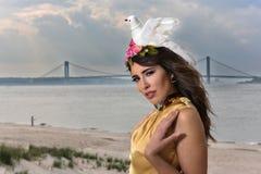 美好的性感的时髦的深色的少妇模型画象在摆在海滩的庄重装束的 库存图片
