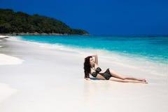 美好的性感的比基尼泳装女孩模型在热带海滩晒黑了 O 免版税库存照片
