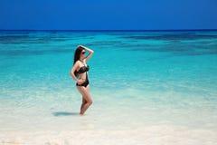 美好的性感的比基尼泳装女孩模型在热带海滩晒黑了 O 库存图片