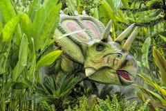 美好的恐龙雕塑显示天视图在公园 免版税库存照片