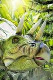 美好的恐龙雕塑显示天视图在公园 库存照片