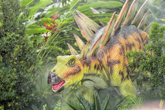美好的恐龙雕塑显示天视图在公园 免版税库存图片