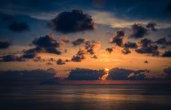 美好的惊人的海日落鸟瞰图与剧烈的颜色的 免版税库存图片