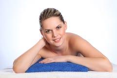 美好的愉快的健康裸体温泉妇女年轻&# 免版税库存图片