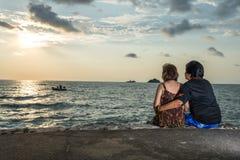 美好的愉快的年长夫妇休息在热带手段,后面看法 免版税库存照片