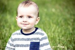 美好的愉快的bady男孩10 monthes老微笑对tha照相机室外在自然 免版税库存照片