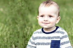 美好的愉快的bady男孩10 monthes老微笑对tha照相机室外在自然 库存照片