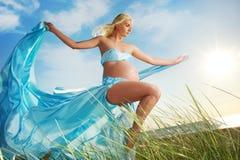 美好的户外孕妇 免版税库存照片