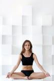 美好的执行的女子瑜伽 免版税库存图片