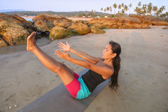 美好的执行的女子瑜伽 免版税库存照片