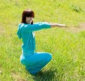美好的执行的女孩瑜伽 免版税库存图片