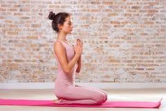 美好的执行的执行女孩瑜伽 免版税库存照片