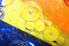 美好的抽象五颜六色的背景,水表面上的油 免版税库存照片