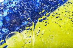 美好的抽象五颜六色的背景,水表面上的油 图库摄影